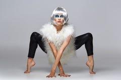 Ragazza in parrucca d'argento con trucco blu Immagini Stock