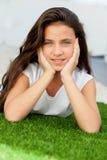Ragazza pensierosa dell'adolescente che si trova sull'erba Fotografia Stock