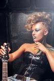 Ragazza pensierosa dell'attuatore che posa con lo spazio libero della chitarra fotografia stock libera da diritti