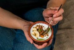 Ragazza più di dimensione che mangia la prima colazione di dieta Immagini Stock Libere da Diritti