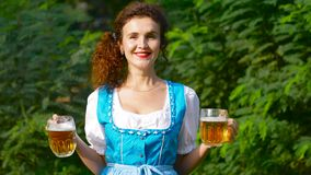 Ragazza più oktoberfest allegra felice con birra archivi video
