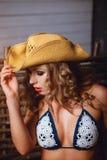 Ragazza piacevole in bikini e cappello Fotografia Stock Libera da Diritti