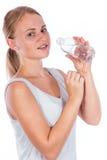 Ragazza piacevole che tiene una bottiglia di acqua Fotografie Stock