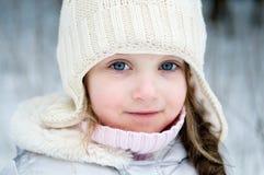 Ragazza piacevole del bambino in cappello bianco di inverno Fotografie Stock Libere da Diritti