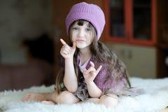Ragazza piacevole del bambino in cappello viola Fotografie Stock Libere da Diritti