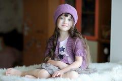 Ragazza piacevole del bambino in cappello viola Immagine Stock