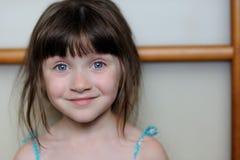 Ragazza piacevole del bambino che esamina la macchina fotografica Fotografia Stock