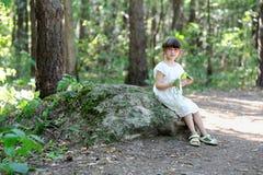 Ragazza piacevole del bambino nella foresta di estate Fotografia Stock