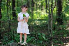 Ragazza piacevole del bambino nella foresta di estate Immagine Stock Libera da Diritti