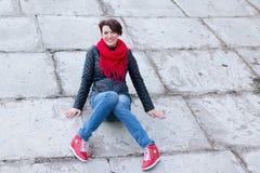 Ragazza piacevole in sciarpa rossa all'aperto fotografie stock libere da diritti