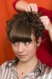Ragazza piacevole in un salone di lavoro di parrucchiere Fotografia Stock