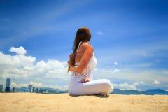 ragazza in pizzo in armi del loto di asana di yoga dietro la vista posteriore della parte Fotografie Stock Libere da Diritti