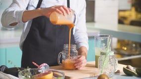 Ragazza positiva che prepara cocktail verde per il ragazzo stock footage