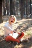 Ragazza positiva sorpresa sorridente con il computer portatile all'aperto Fotografia Stock Libera da Diritti