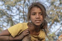 Ragazza povera indiana sul cammello Mela, Ragiastan, India, ritratto di Pushkar di tempo del primo piano immagine stock libera da diritti