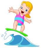 Ragazza praticante il surfing Immagini Stock