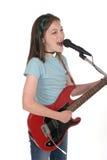 Ragazza pre teenager dei giovani che canta con la chitarra 7 Fotografia Stock