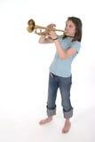 Ragazza pre teenager dei giovani che gioca tromba 2 Fotografia Stock Libera da Diritti