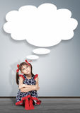 Ragazza premurosa del bambino che pensa con la bolla di pensiero Fotografia Stock Libera da Diritti