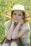 Ragazza preoccupata nel campo di erba Fotografia Stock
