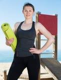 Ragazza pronta per l'allenamento sulla spiaggia Immagini Stock