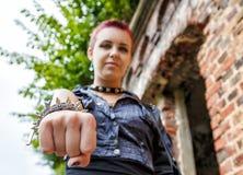 Ragazza punk che mostra braccialetto di cuoio con le punte del metallo Fotografia Stock