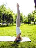 Ragazza reale bionda che fa yoga in parco verde, fine di concetto della gente di stile di vita su Fotografie Stock