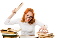 Ragazza red-haired arrabbiata in vetri con i libri. Fotografie Stock Libere da Diritti