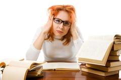 Ragazza red-haired faticosa in vetri con i libri. Fotografia Stock Libera da Diritti