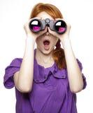 Ragazza red-haired teenager con il binocolo Fotografia Stock