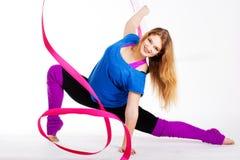 Ragazza relativa alla ginnastica del ballerino con il nastro Immagini Stock Libere da Diritti