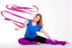 Ragazza relativa alla ginnastica del ballerino con il nastro Immagini Stock
