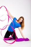 Ragazza relativa alla ginnastica del ballerino con il nastro Fotografie Stock Libere da Diritti