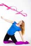 Ragazza relativa alla ginnastica del ballerino con il nastro Fotografie Stock