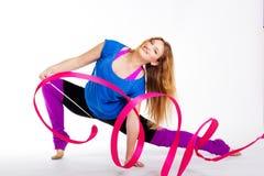 Ragazza relativa alla ginnastica del ballerino con il nastro Fotografia Stock Libera da Diritti
