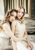 Ragazza riccia bionda dell'acconciatura della sorella gemellata graziosa due in hous di lusso Fotografia Stock Libera da Diritti