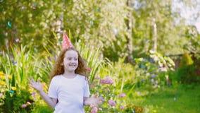 Ragazza riccia di risata in cappello del partito di carnevale video d archivio
