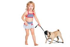 Ragazza riccia sveglia che cammina con un cane Immagine Stock Libera da Diritti