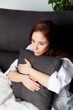 Ragazza rilassata che abbraccia un cuscino Fotografie Stock