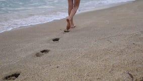 Ragazza rilassata che cammina da solo su una spiaggia del mar Mediterraneo al tramonto stock footage