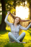 Ragazza romantica all'aperto che gode di bello modello della natura dentro Fotografia Stock