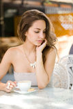 Ragazza romantica del caffè. Fotografia Stock