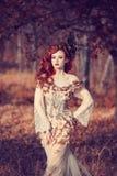 Ragazza rossa dei capelli in autunno Fotografia Stock