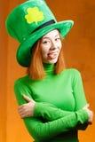 Ragazza rossa dei capelli in cappello del partito del giorno di San Patrizio Fotografie Stock