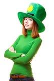 Ragazza rossa dei capelli in cappello del partito del leprechaun del giorno di San Patrizio Immagine Stock