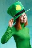 Ragazza rossa dei capelli in cappello del partito del leprechaun del giorno di San Patrizio Fotografie Stock Libere da Diritti