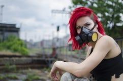 Ragazza rossa dei capelli con la maschera antigas Immagine Stock Libera da Diritti