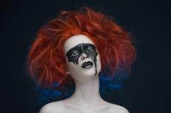 Ragazza rossa dei capelli della maschera di trucco Fotografie Stock Libere da Diritti