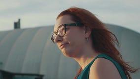 Ragazza rossa dei capelli in vetri sull'imbarcazione a motore Bella sera di estate intrattenimento archivi video