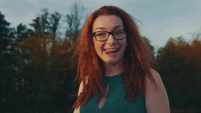 Ragazza rossa dei capelli in vetri sull'imbarcazione a motore Sera di estate intrattenimento Sorriso archivi video